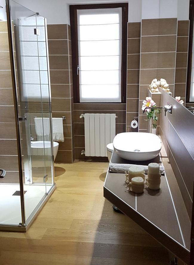 Brązowa łazienka - aranżacja Panaria