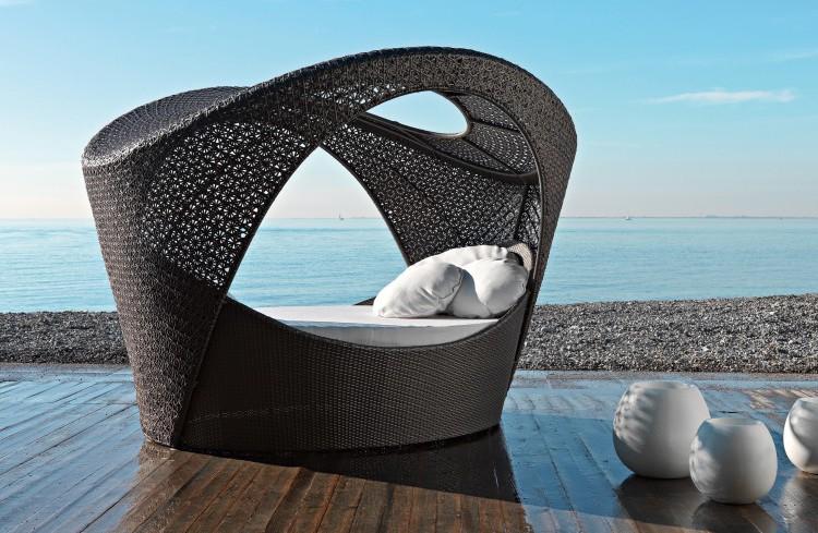 Plecione meble ogrodowe – łóżko z zadaszeniem; Varaschin