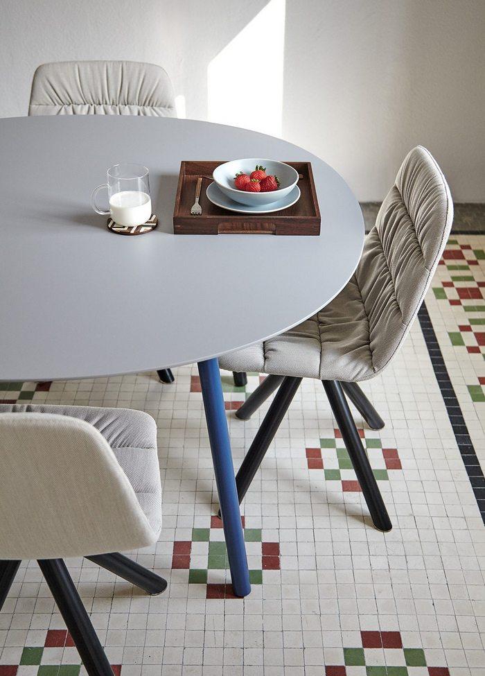 Kolorowe krzesła salonowe Viccarbe