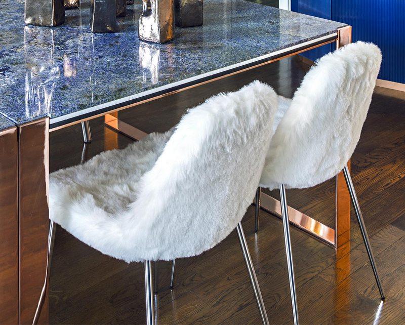 Niezwykłe krzesła o futrzanym obiciu Opinion Ciatti