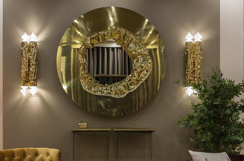Lustro przedpokojowe w złotej ramie w połączeniu ze złotymi kinkietami Bessa Design