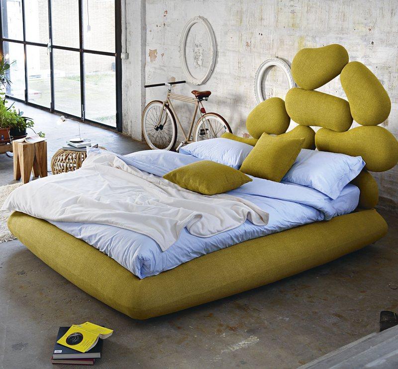 Łóżko o nietypowym wezgłowiu Noctis