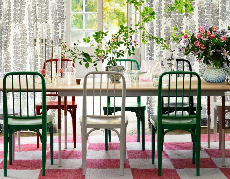 Różnobarwne krzesła w jadalni; Svenskt Tenn