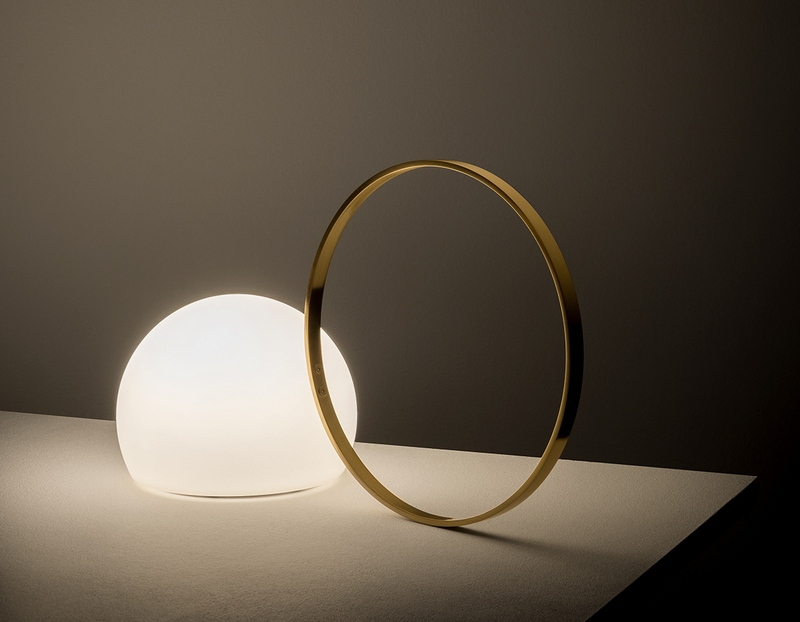 Lampa w kształcie mlecznej szklanej kuli Estiluz