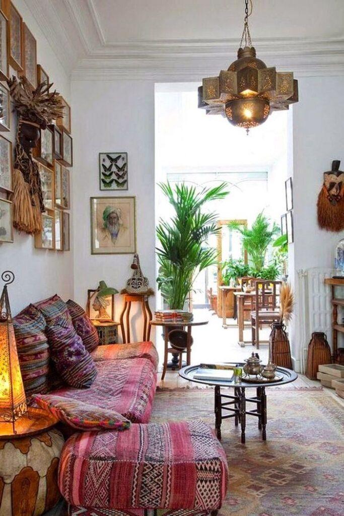 Tradycyjne wnętrza w stylu boho; https://www.harpersbazaar.com/