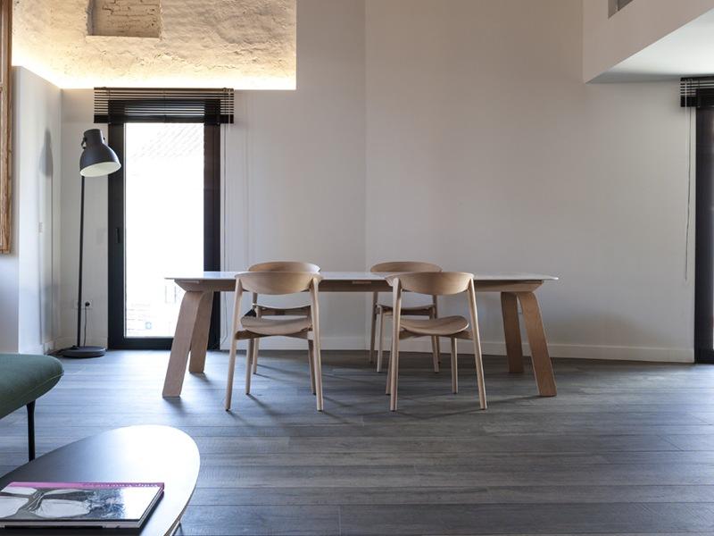Minimalistyczne drewniane krzesła Capdell