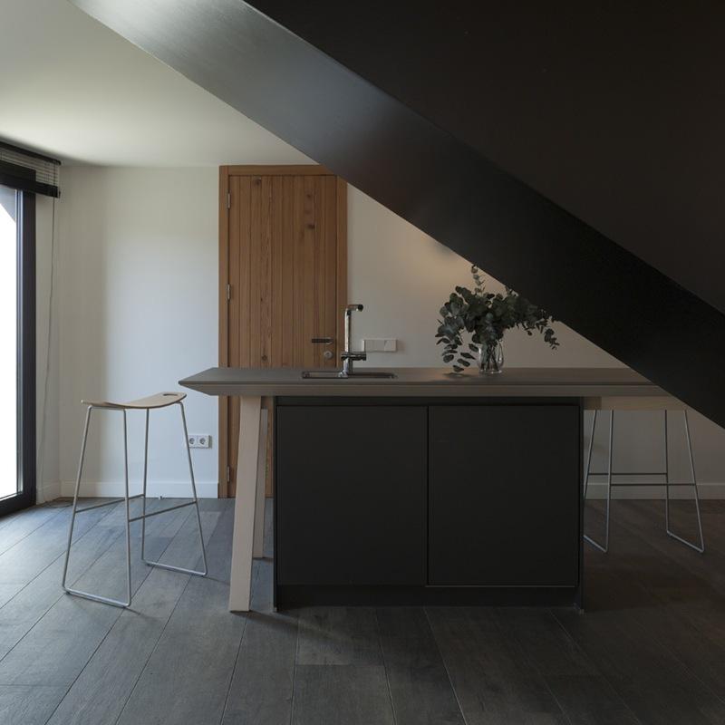 Minimalistyczne stołki wysokie Capdell
