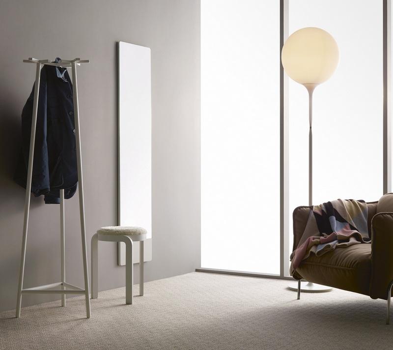 Minimalistyczny stołek Swedese Mobler