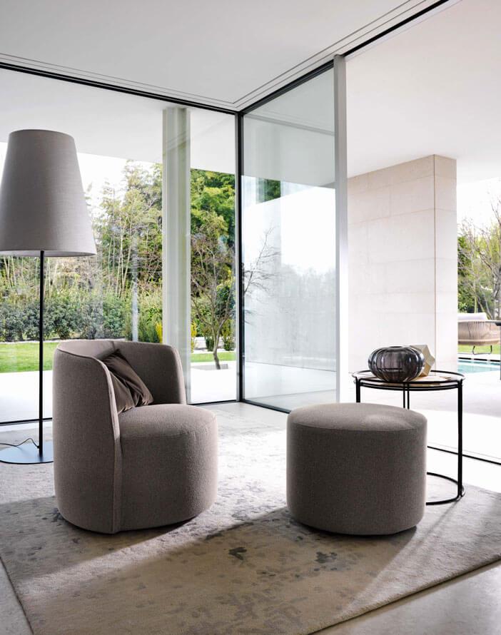 Nowoczesny fotel z okrągłym podnóżkiem Ditre Italia