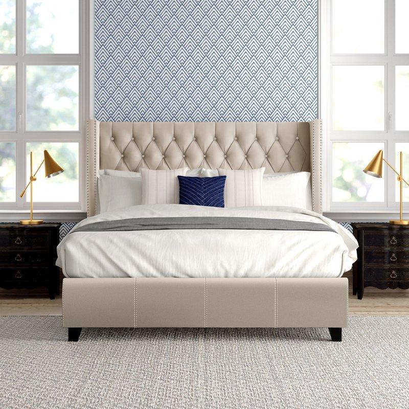 Jasne łóżko tapicerowane; www.jossandmain.com