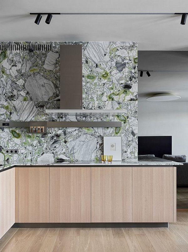 Designerska ściana między szafkami kuchennymi; https://www.elledecoration.ru/
