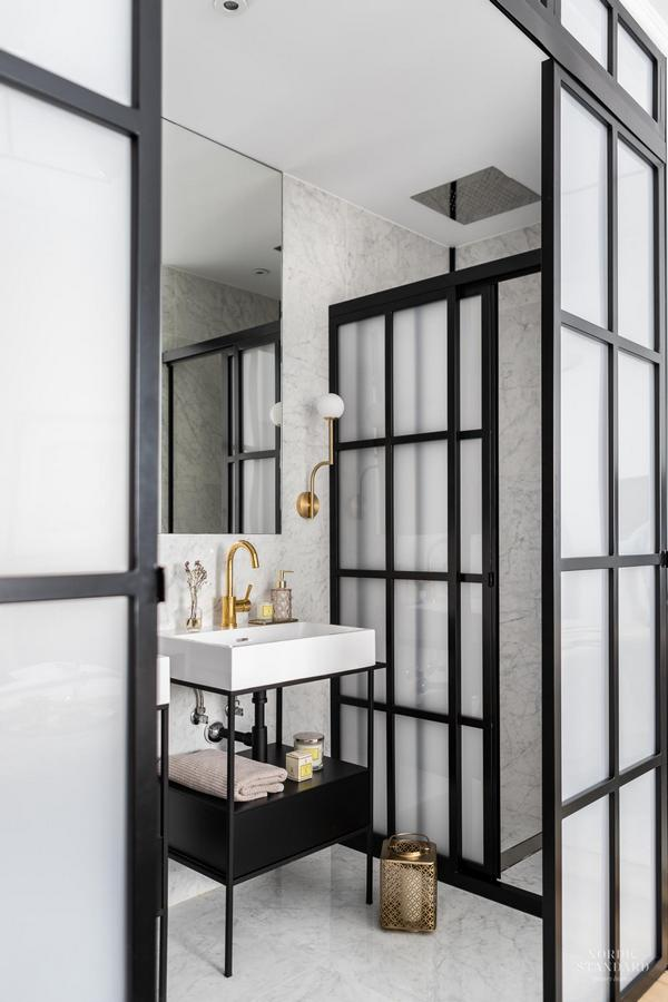 Nowoczesna łazienka z czarnymi akcentami; https://www.nordicstandard.es