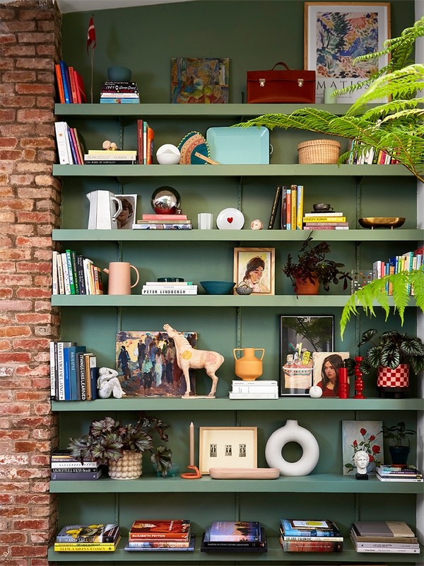 Kolorowe półki do salonu; https://www.domino.com/