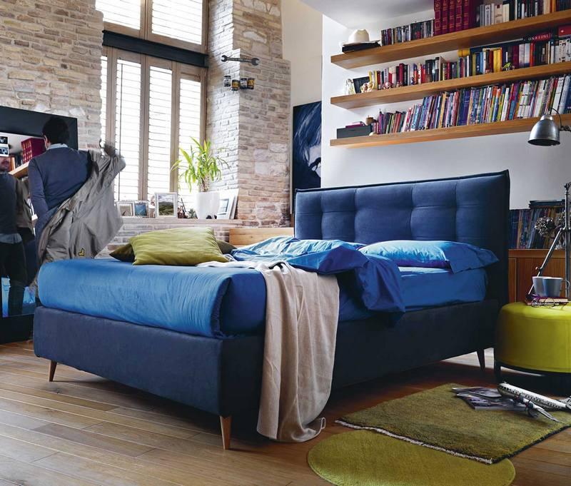 Granatowe łóżko tapicerowane Noctis