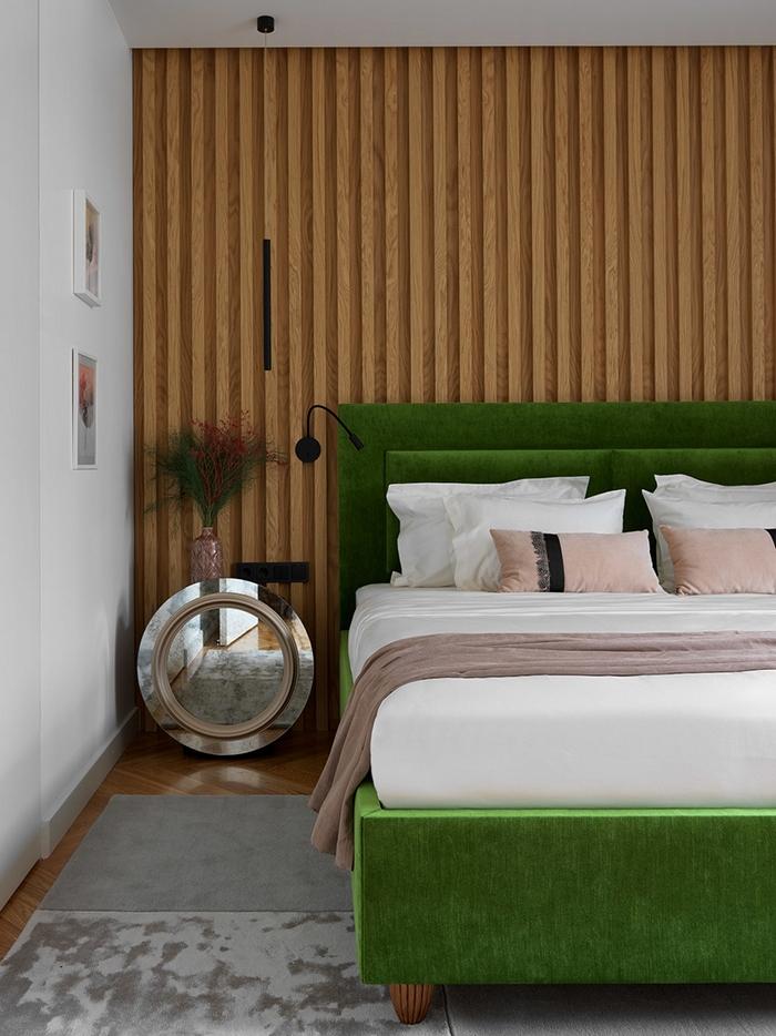 Zielone łóżko tapicerowane; https://www.elledecoration.ru/