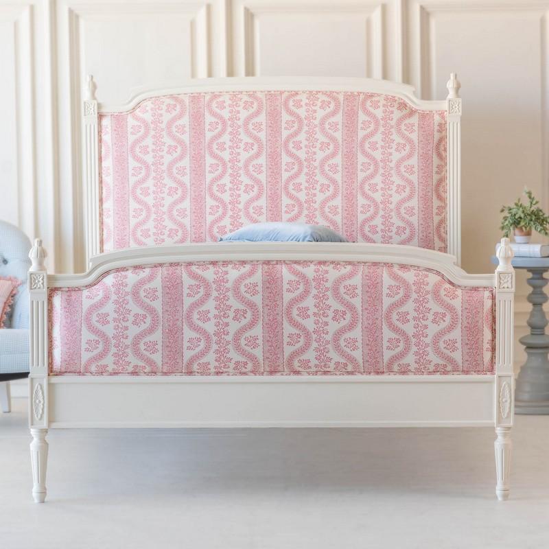 Wzorzyste łóżko w tradycyjnym stylu; https://beautifulbedco.com/