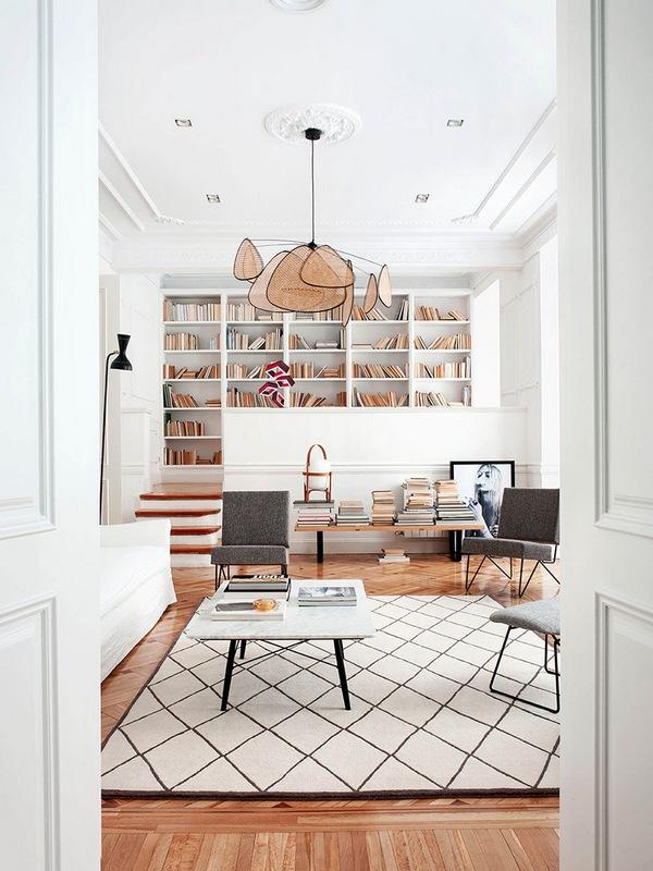 Biblioteka w salonie; https://www.elledecor.com/