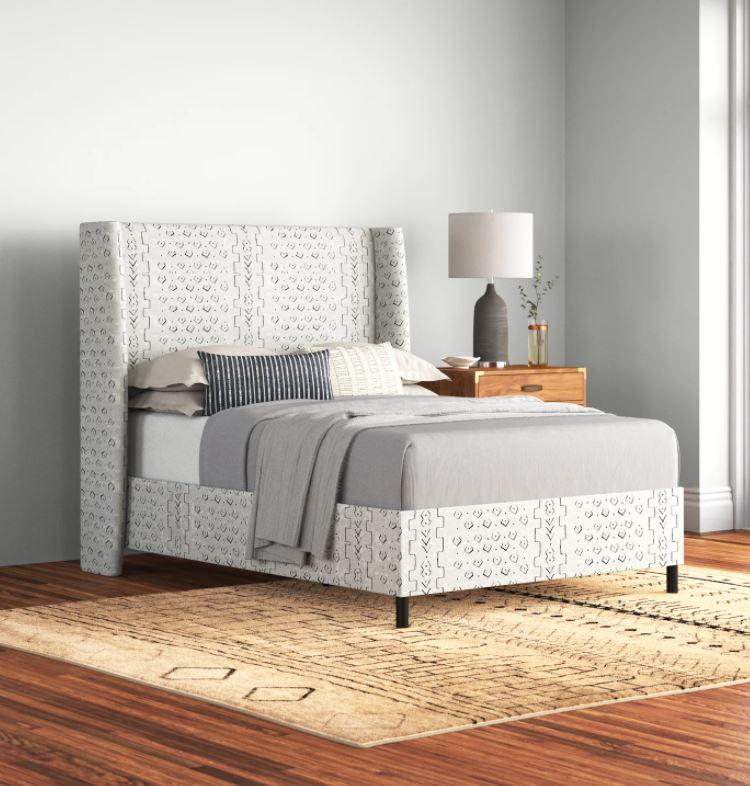 Nowoczesne łóżko z wzorzystą tapicerką; www.jossandmain.com