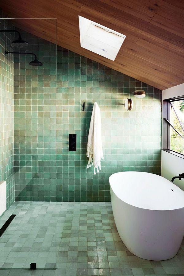 Niebieskie kafle i wolno stojąca wanna – elegancka łazienka; Romanek Design Studio