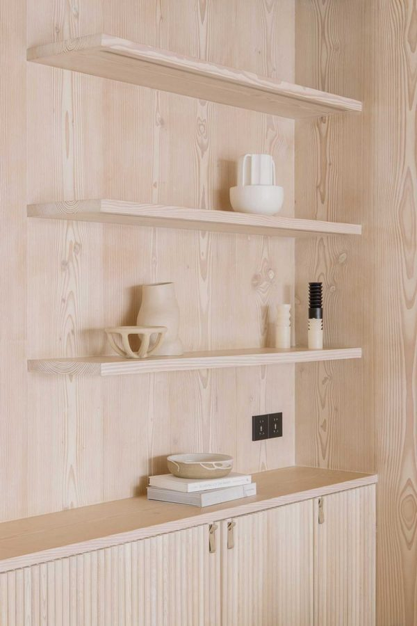 Naturalne drewno na ścianie; https://design-milk.com/