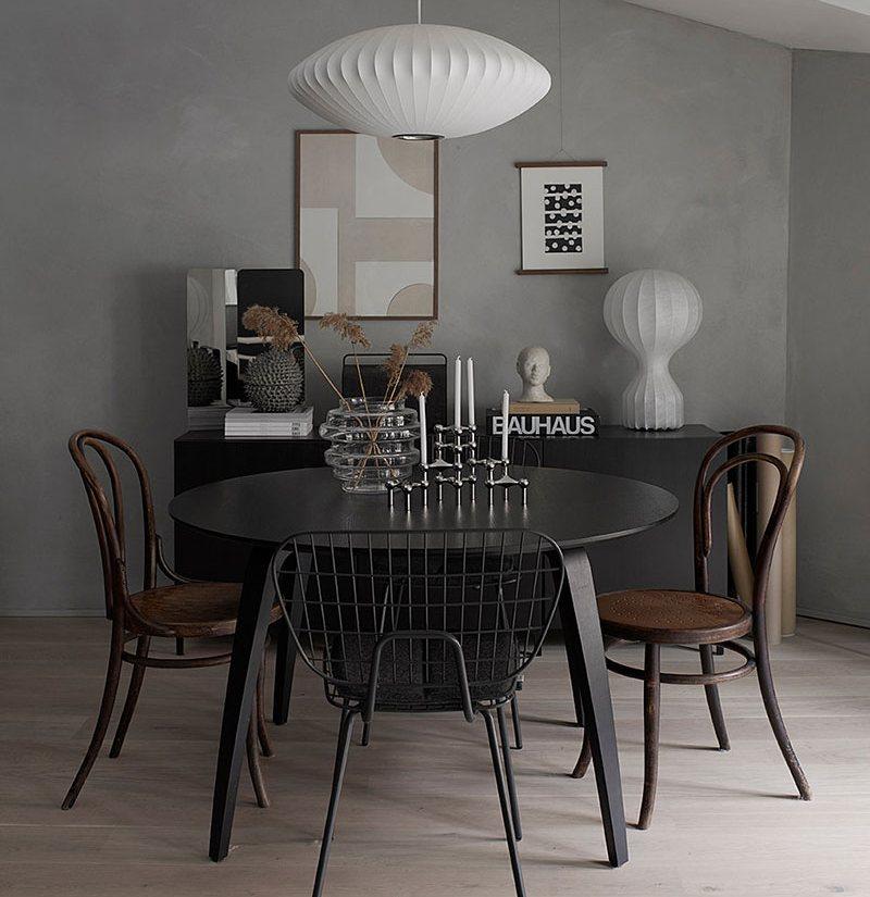 Drewno i czerń w salonie; http://www.notetoself.no/