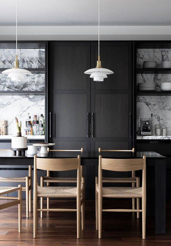 Jasne drewniane krzesła w czarnej kuchni; http://sid.is/