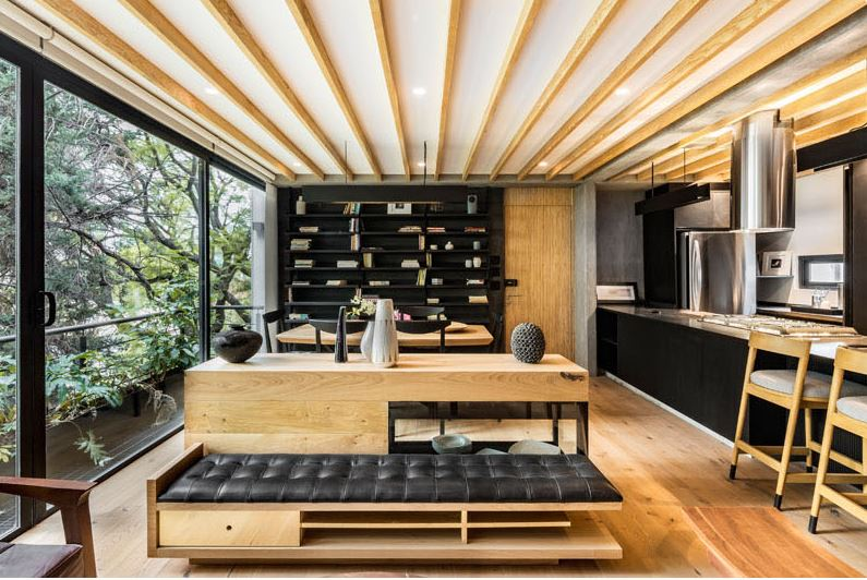 Drewniane wnętrza z czarnymi elementami; https://www.contemporist.com/